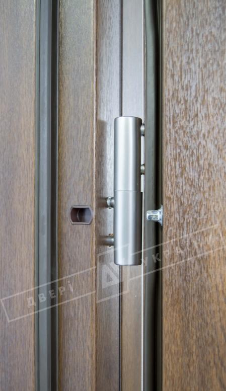 """Двери входные уличные серии """"GRAND HOUSE 73 mm"""" / Модель №8 / цвет: Тёмный орех / Защитная ручка на планке"""