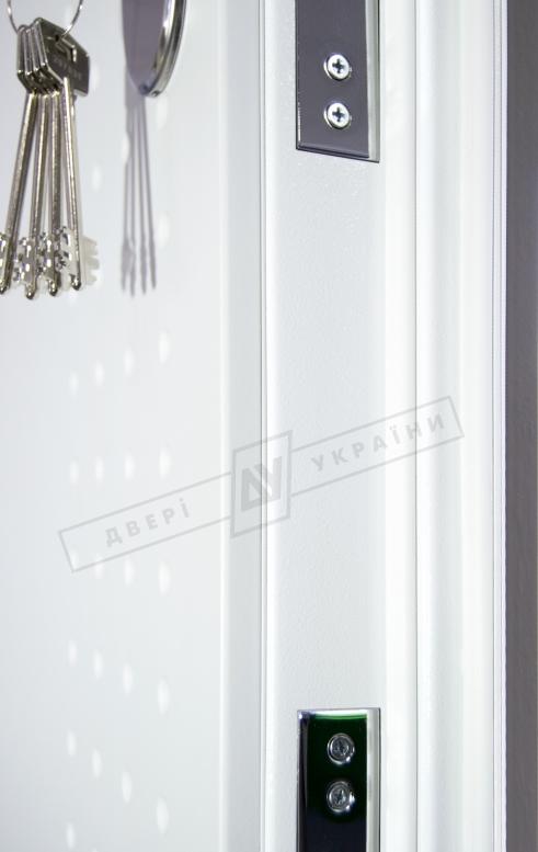 """Двери входные серии """"ИНТЕР 5"""" модель Леон 2 Кале тёмный хаки софттач белый супермат"""